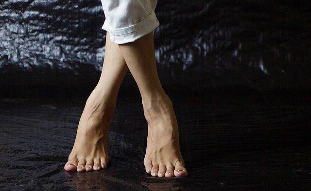 ヨガレッスン中に足がつるのを予防する方法