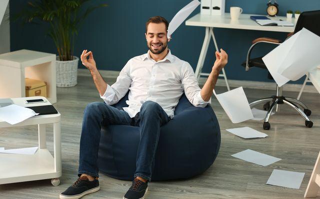 仕事合間の気分転換には椅子ヨガがおすすめ!
